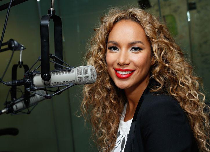 Leona Lewis vid en mikrofon