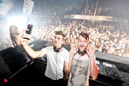 chainsmokers_selfie_live